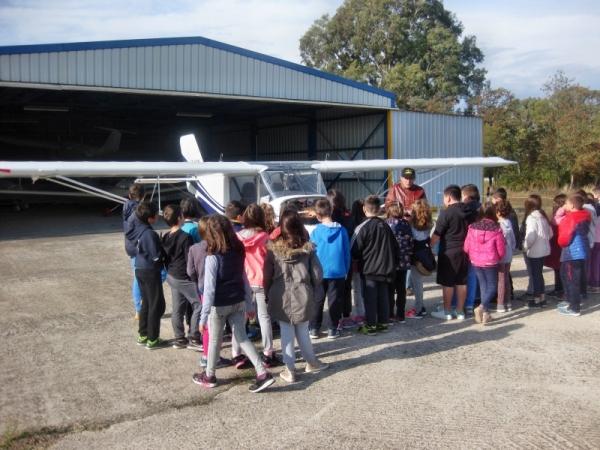 Πλήθος μαθητών και κόσμου επεσκέφθησαν την Αερολέσχη Αγρινίου στα πλαίσια των εκδηλώσεων του εορτασμού του προστάτη της Aεροπορίας (Βίντεο – Φωτο).